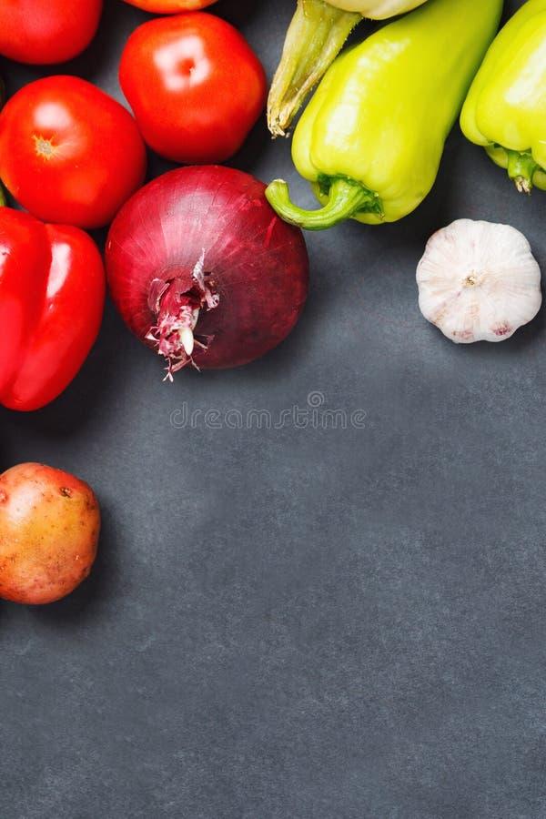 Verse groente op donkere lijst De ruimte van het exemplaar stock fotografie