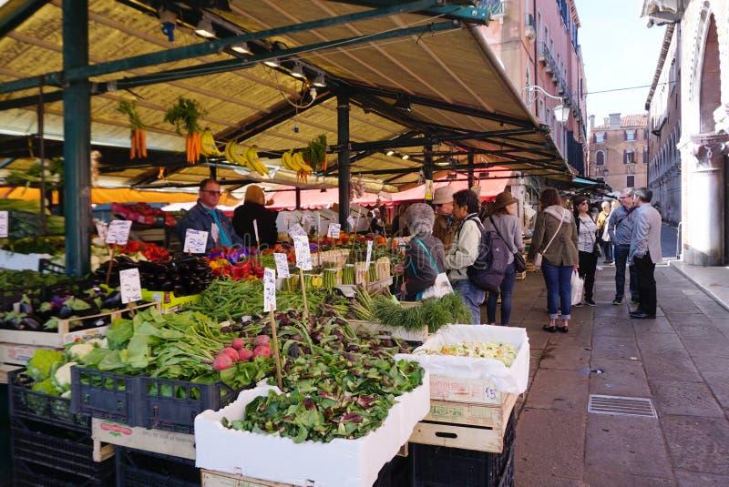 Verse groentebox bij Rialto-Markt in Venetië stock foto
