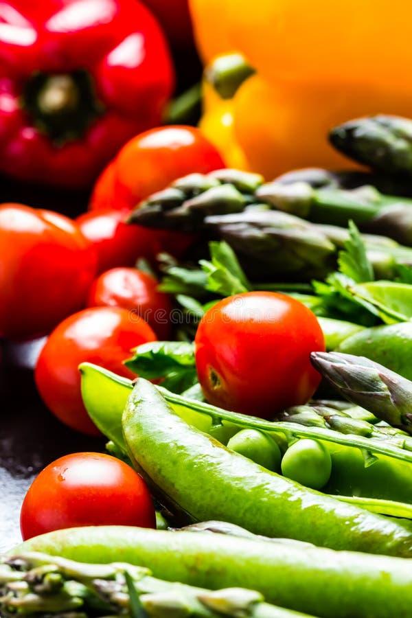 Verse groenten - asperge, tomaten, rozemarijn, groene erwt, groene paprika stock afbeeldingen