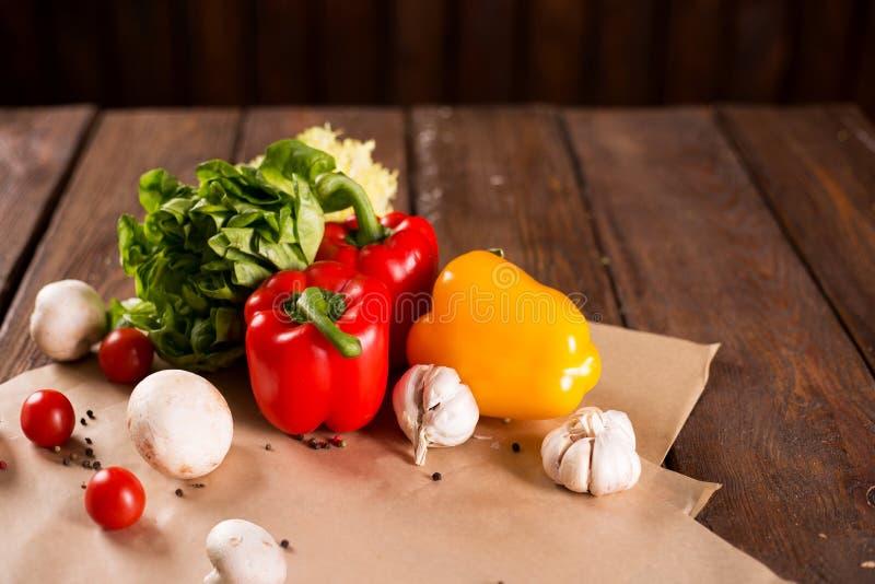 Verse groenten, Bulgaarse peper, sla, knoflook, paddestoelen, kersentomaten en kruiden stock fotografie