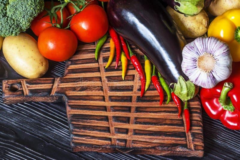 Verse groenten die op een oude houten raad liggen stock fotografie