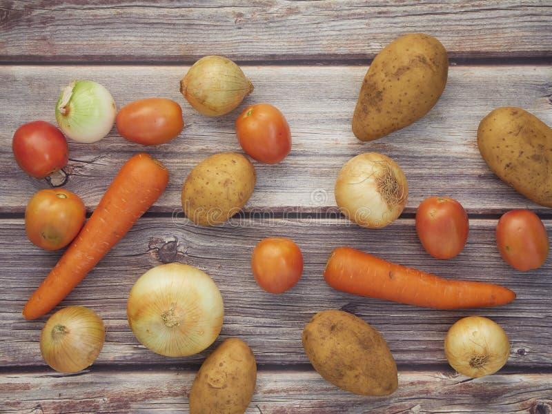 Verse groenten die op oude houten lijsten worden geplaatst royalty-vrije stock foto's