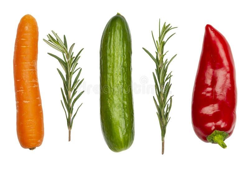 Verse groenten die op wit worden geïsoleerdi Wortel, komkommer, peper en stock afbeeldingen
