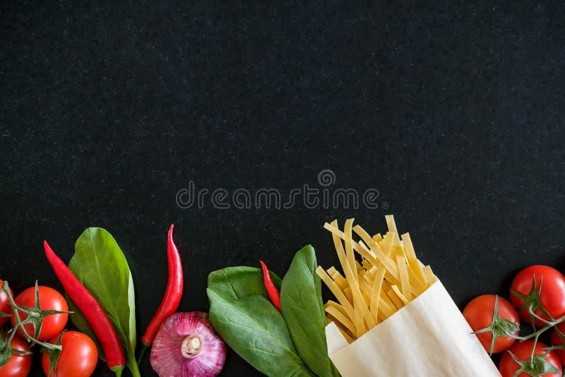 Verse groenten en deegwaren stock afbeeldingen