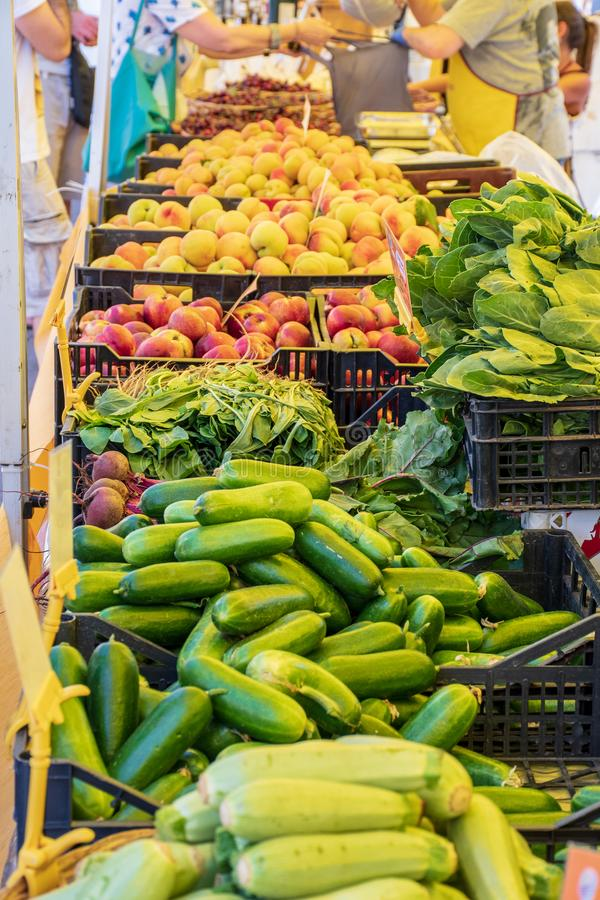 Verse groenten en fruit in een landbouwers landbouw openluchtmarkt, seizoengebonden gezond voedsel royalty-vrije stock foto