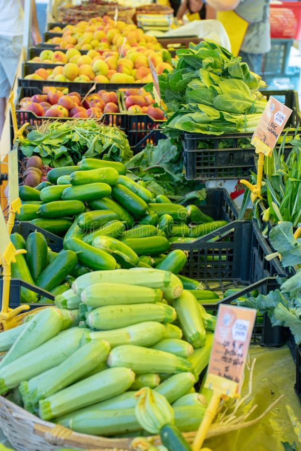 Verse groenten en fruit in een landbouwers landbouw openluchtmarkt, seizoengebonden gezond voedsel stock foto's