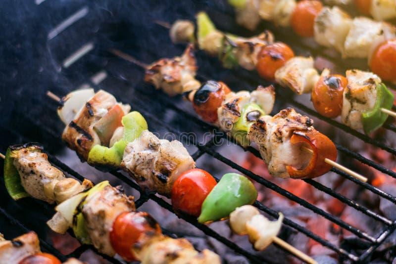 Verse Groenten en Gemarineerd Vlees op Bamboestokken op Barbecue stock afbeeldingen