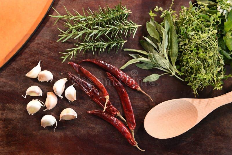 Verse groenten en ingrediënten voor pizza royalty-vrije stock fotografie