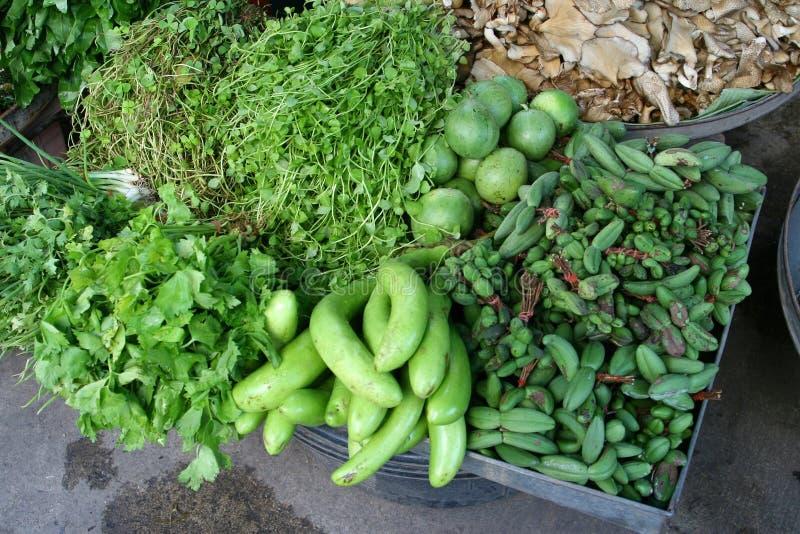 Verse groenten en kruiden bij de markt royalty-vrije stock foto