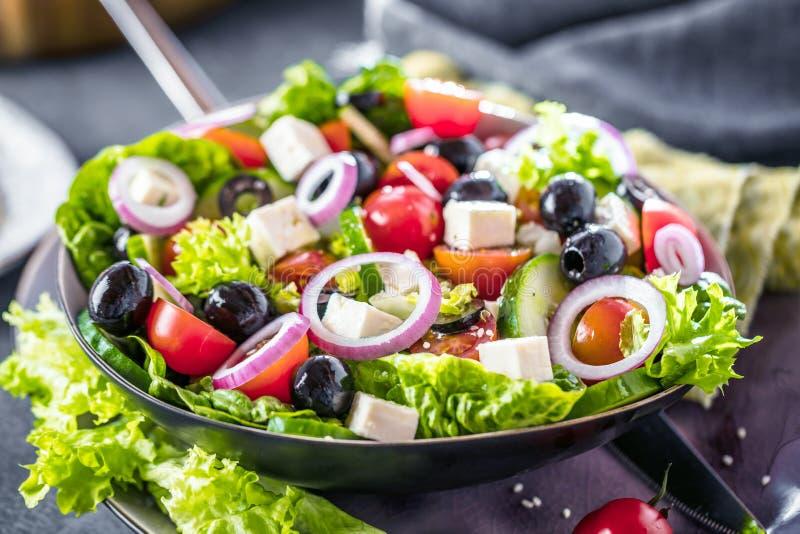 Verse groenten Griekse salade Gezond voedsel op houten achtergrond stock afbeeldingen