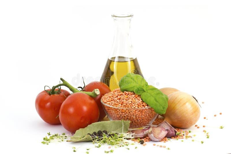 Verse groenten, linzen, kruiden en olijfolie royalty-vrije stock fotografie