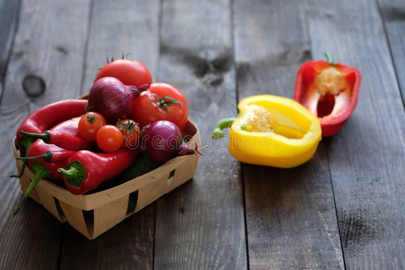 Verse groenten in mand op houten lijst stock foto