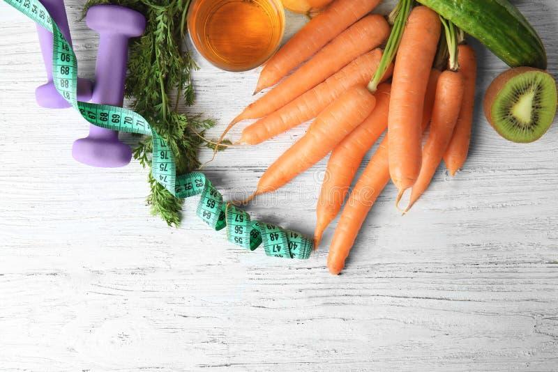 Verse groenten met het meten van band en domoren op houten achtergrond Gezond voedselconcept stock afbeeldingen