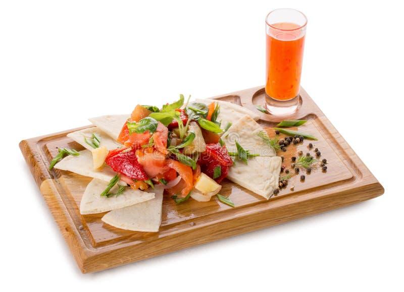 Verse groenten met pitabroodje op een houten raad stock foto