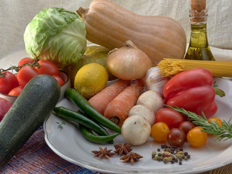 Verse groenten, olijfolie en deegwaren royalty-vrije stock foto