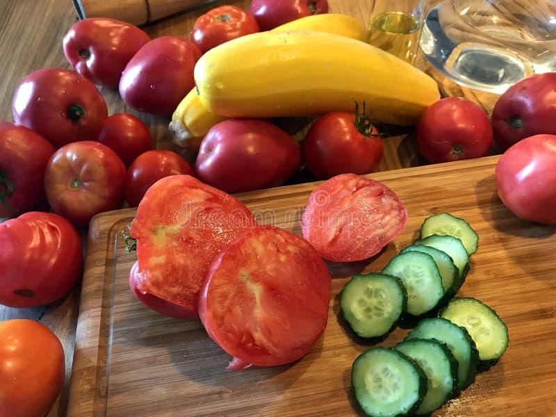 Verse groenten op de keuken houten lijst Organisch, gezond voedsel royalty-vrije stock afbeeldingen