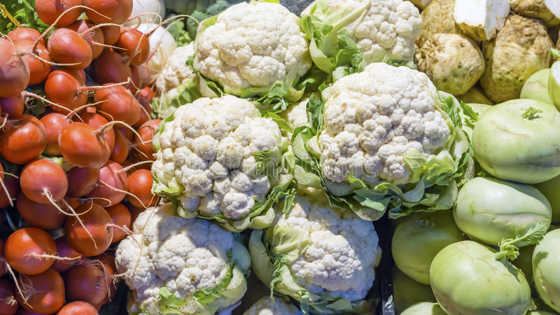 Verse groenten op de tegenmarkt royalty-vrije stock foto