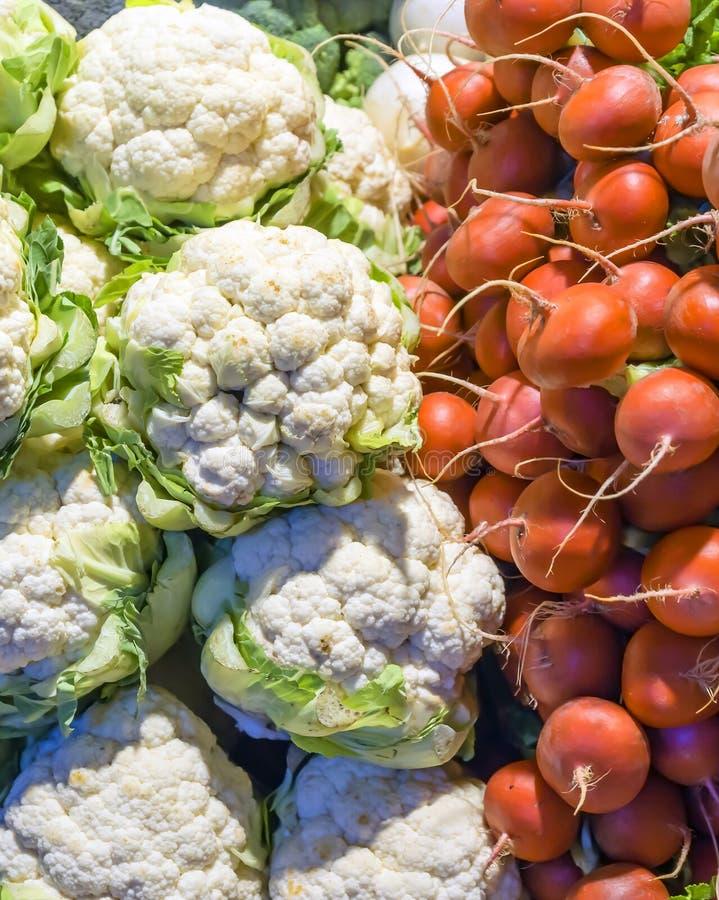 Verse groenten op de tegenmarkt stock foto