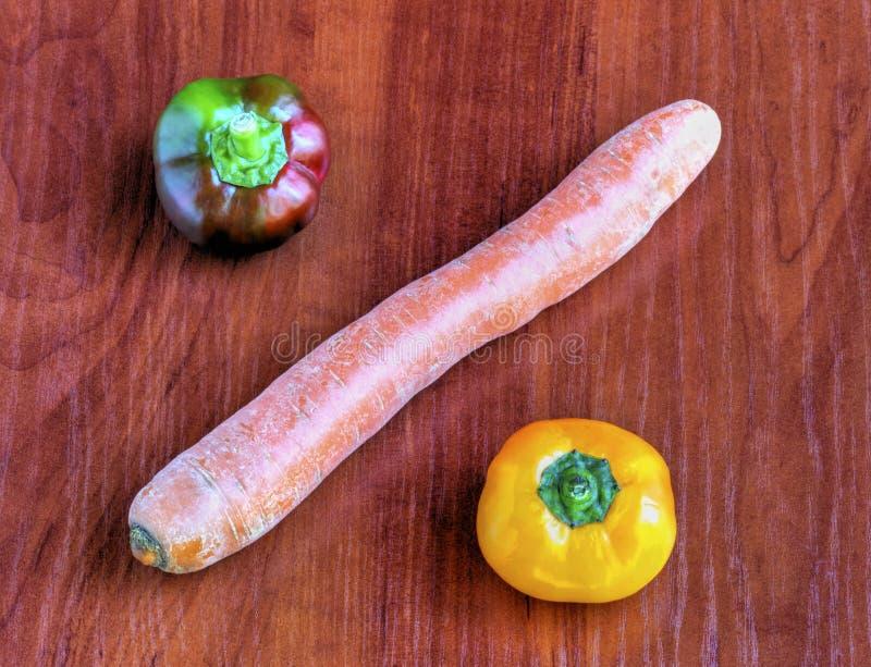 Verse groenten op houten achtergrond stock afbeelding