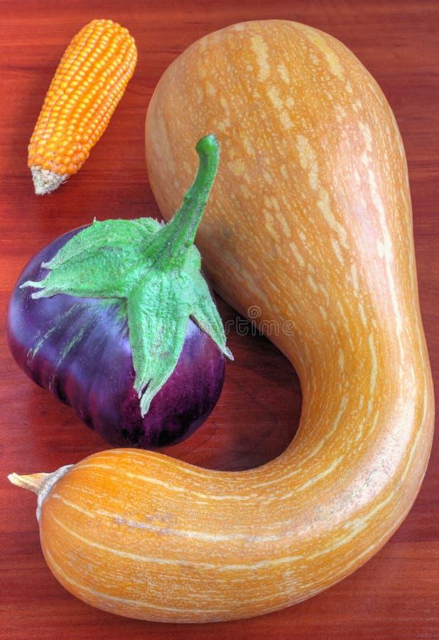 Verse groenten op houten lijst royalty-vrije stock afbeelding