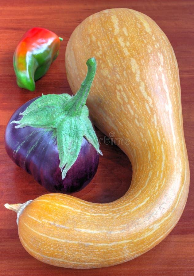 Verse groenten op houten lijst stock fotografie