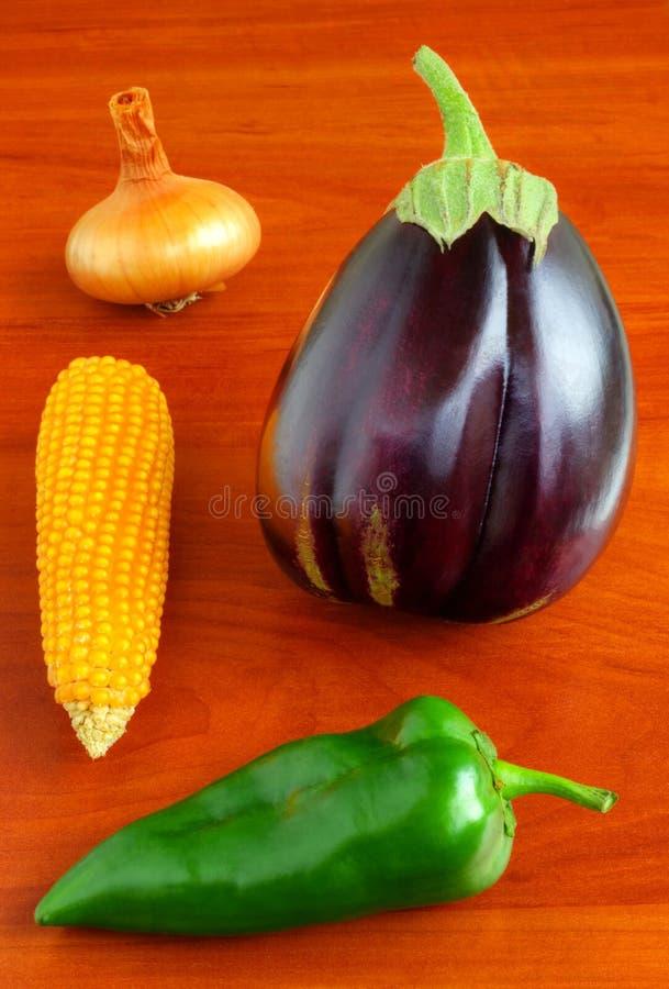 Verse groenten op houten lijst stock afbeelding