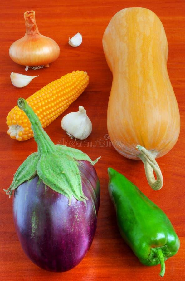 Verse groenten op houten lijst stock afbeeldingen