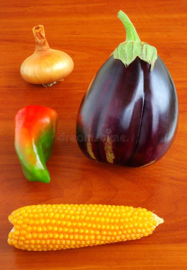 Verse groenten op houten lijst royalty-vrije stock fotografie