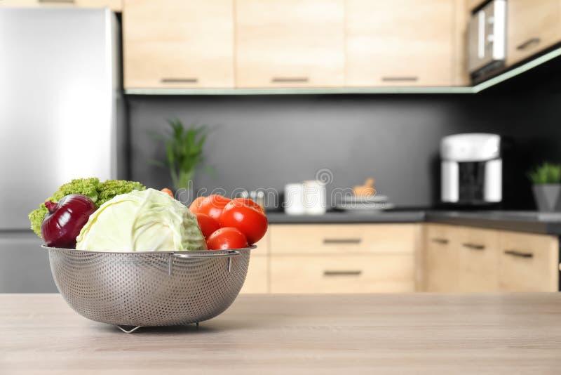 Verse groenten op houten lijst in keuken royalty-vrije stock afbeeldingen