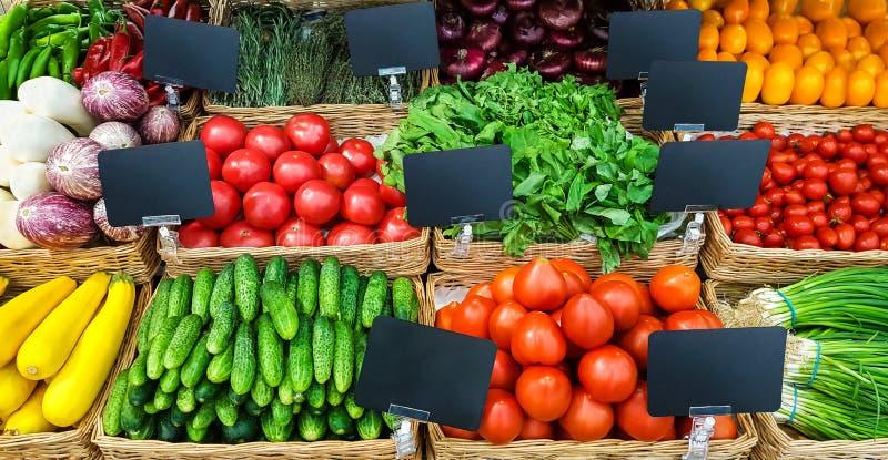 Verse groenten op plank in supermarkt royalty-vrije stock foto