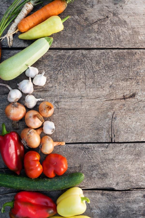Verse groenten op rustieke houten achtergrond stock foto