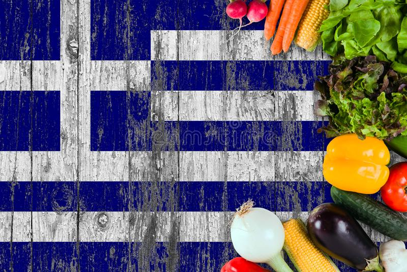 Verse groenten van Griekenland op lijst Het koken concept op houten vlagachtergrond stock afbeelding