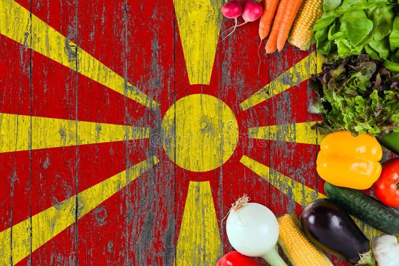 Verse groenten van Macedoni? op lijst Het koken concept op houten vlagachtergrond royalty-vrije stock afbeeldingen