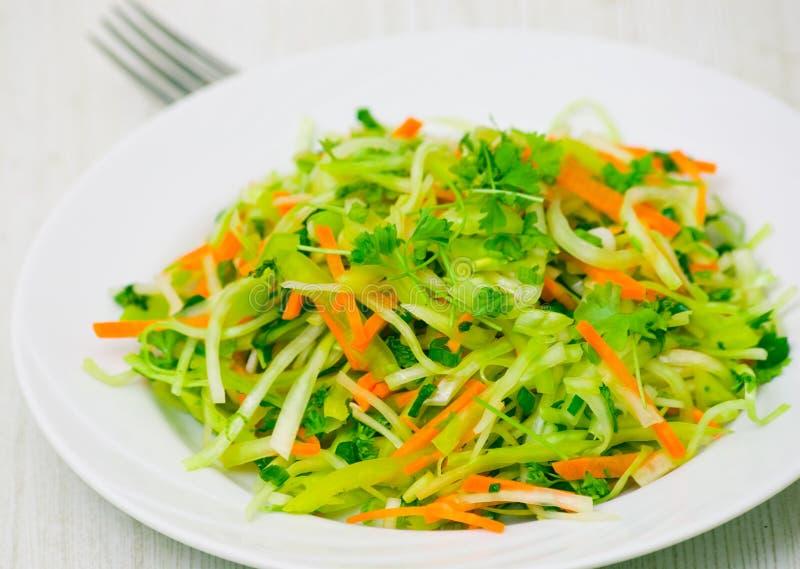 Verse groentensalade met kool en wortel stock foto