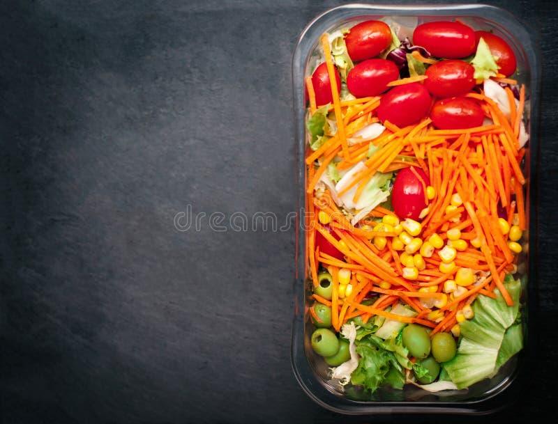 Verse groentesalade - Gezond voedsel met exemplaarruimte voor tekst H royalty-vrije stock foto