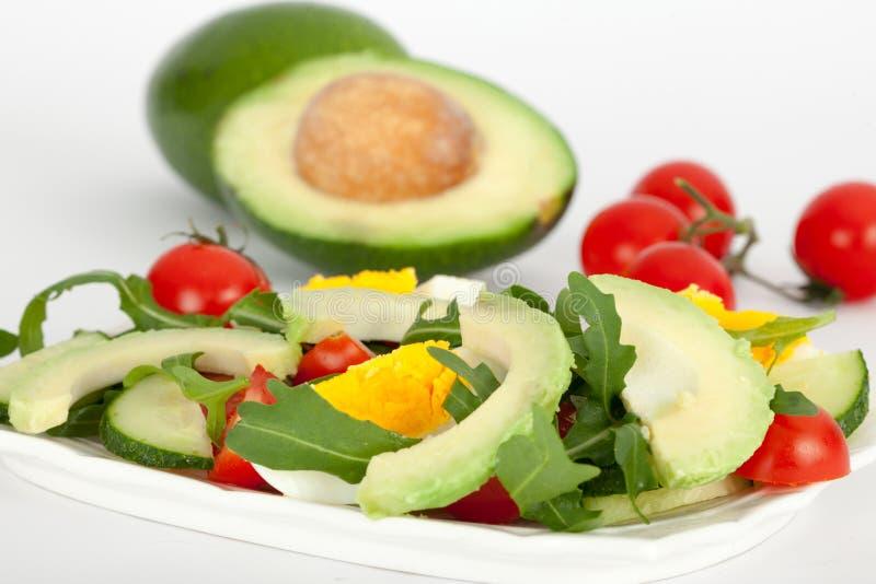 Verse groentesalade met avocado, komkommer, tomaat en rucola stock foto's