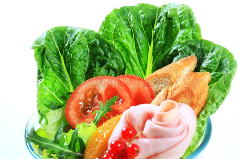 Verse groentesalade met ham stock foto's