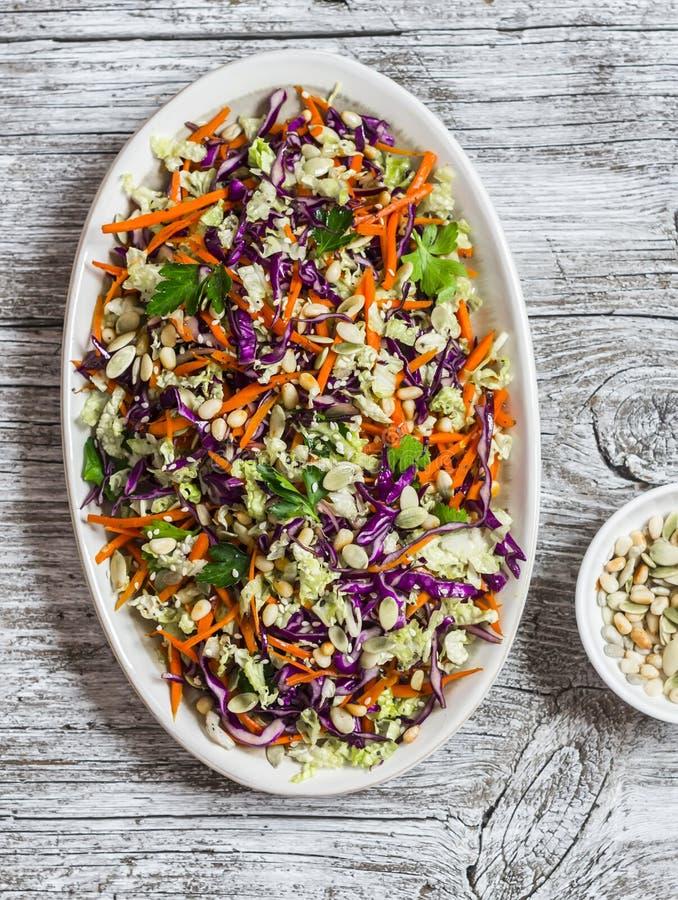 Verse groentesalade met rode kool, wortelen, paprika's, kruiden en zaden Gezond vegetarisch voedsel stock fotografie