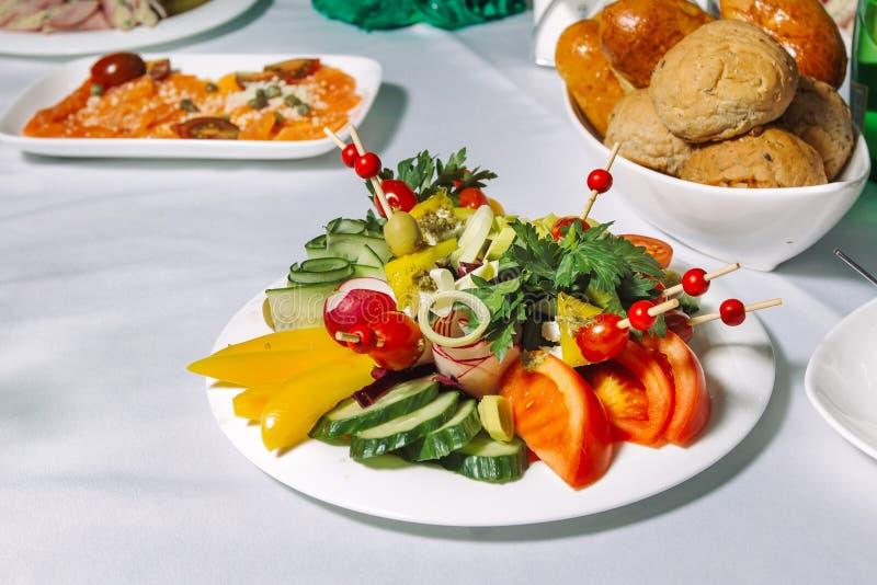 Verse groentesalade met tomaat, komkommer stock afbeeldingen