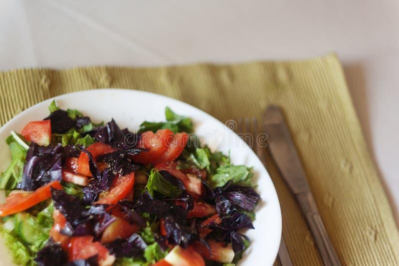 verse groentesalade op de lijst, close-up stock foto