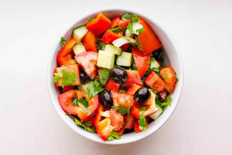 Verse groentesalade in witte kom royalty-vrije stock fotografie