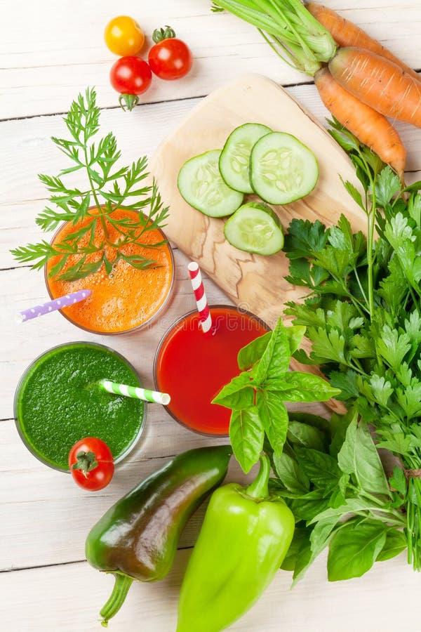 Verse groentesmoothie Tomaat, komkommer, wortel royalty-vrije stock afbeeldingen