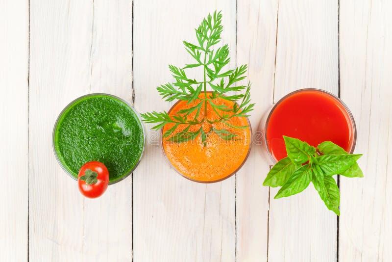 Verse groentesmoothie Tomaat, komkommer, wortel stock afbeeldingen