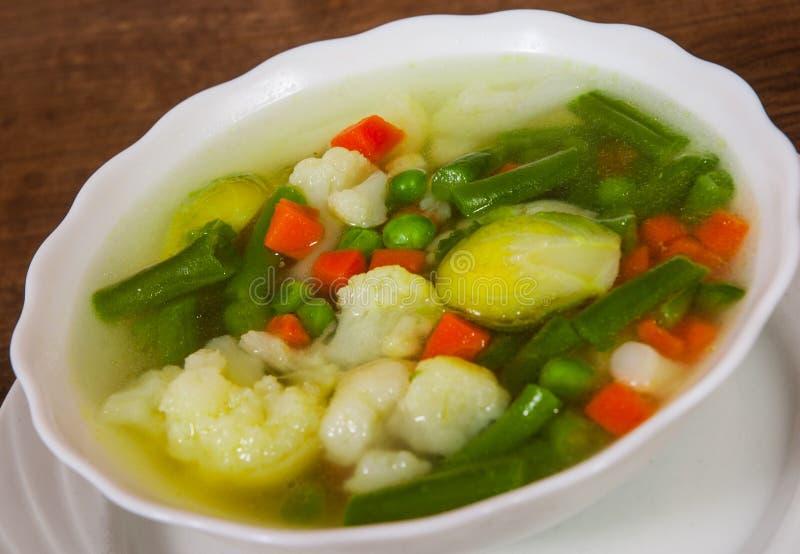 Verse groentesoep in kom stock foto's