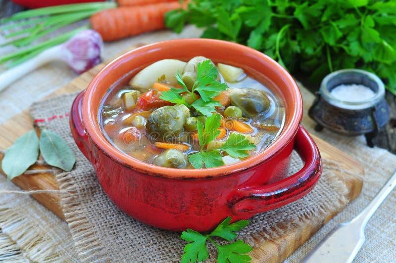 Verse groentesoep met boon, wortel, aardappel, tomaat in kom stock afbeeldingen