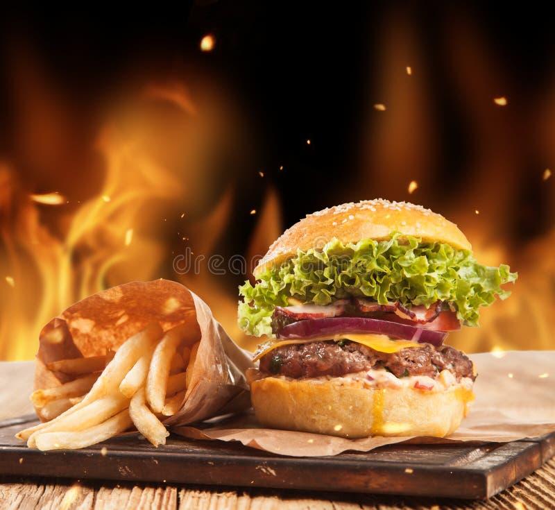 Verse hamburgers met brandvlammen royalty-vrije stock foto