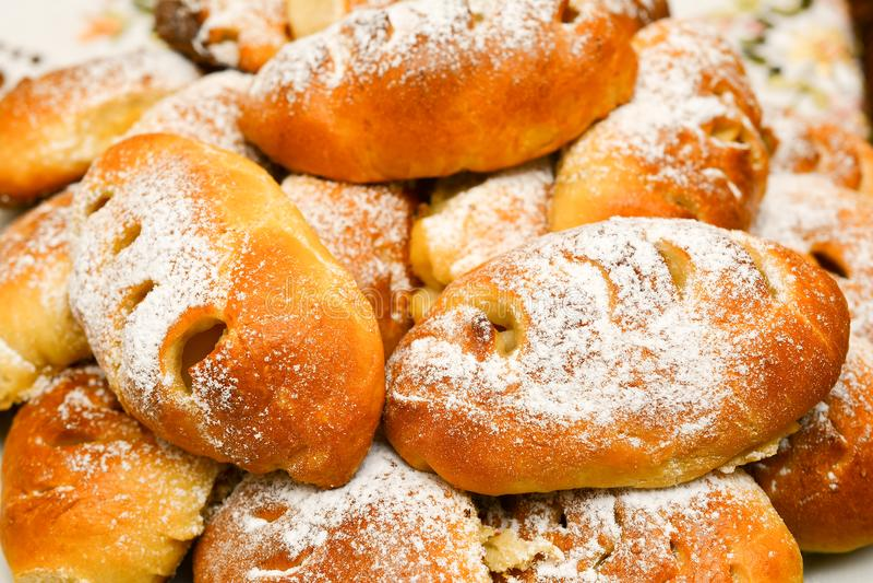 Verse heerlijke bakkerij, pastei met gepoederde suiker Cakes, kleine ronde pastei die het zoete vullen bevatten stock foto's