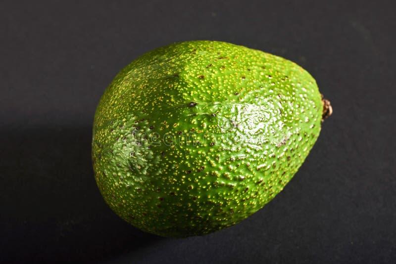 Verse heerlijke die avocado op een zwarte achtergrond wordt geïsoleerd royalty-vrije stock afbeelding