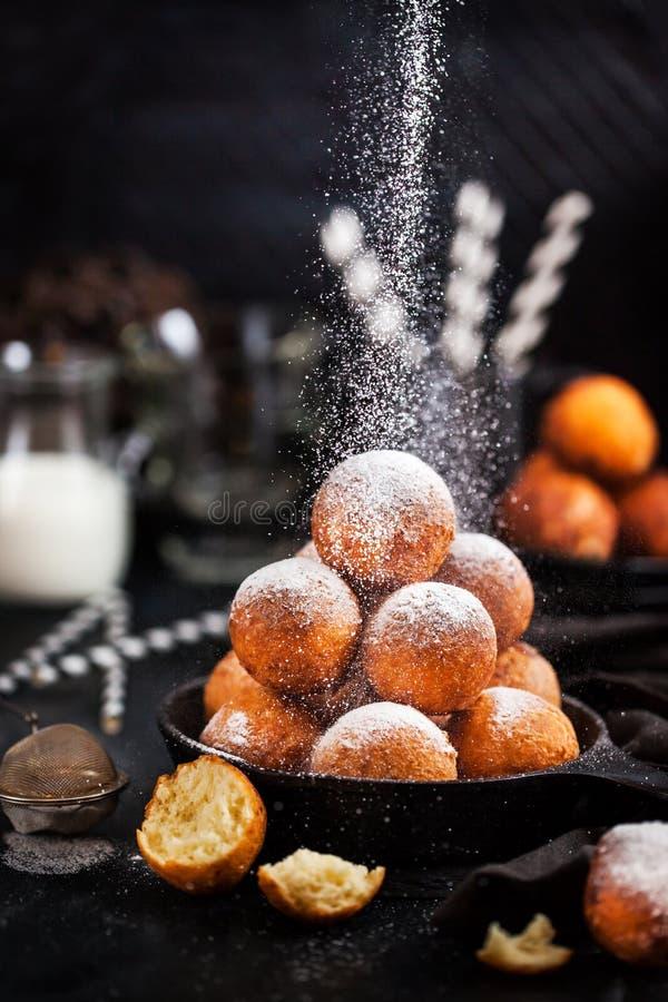 Verse heerlijke eigengemaakte kwarkbal donuts met powdere royalty-vrije stock foto