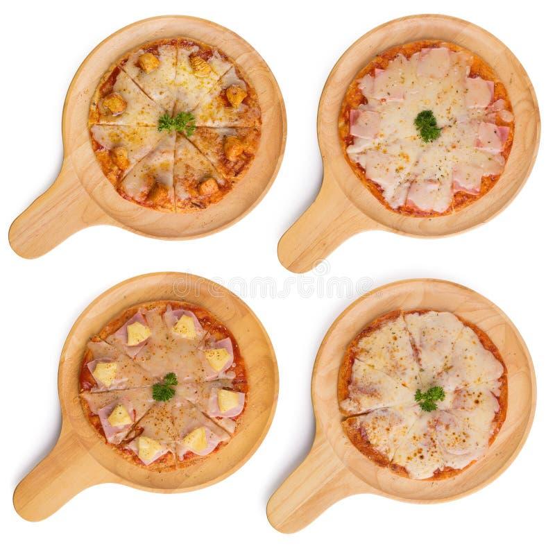 Verse heerlijke Italiaanse pizza met paddestoelen op dunne korst, op een houten dienende die plaat op witte achtergrond wordt ge? stock foto